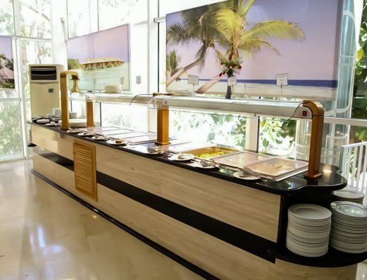 BUFFET DEL RESTAURANTE Benidorm Celebrations™ Pool Party Resort (Adults Only) Apartamentos