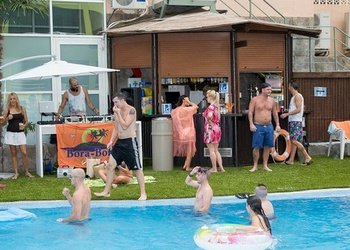 Indoor and outdoor bars Benidorm Celebrations™ Pool Party Resort (Adults Only) Apartamentos