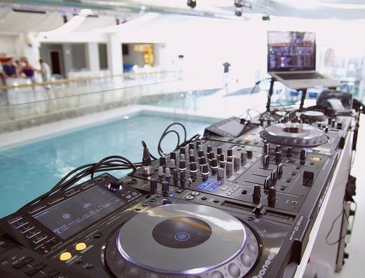 CABINA DEL DJ Benidorm Celebrations™ Pool Party Resort (Adults Only) Apartamentos