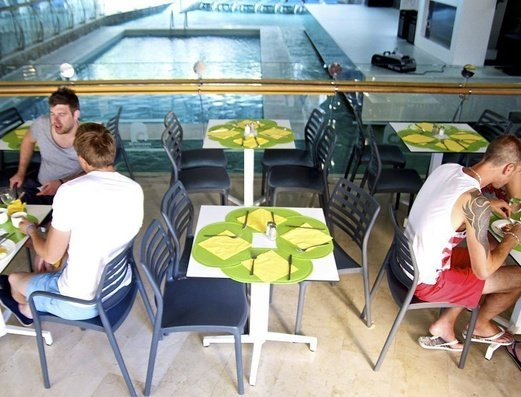 RESTAURANTE AL LADO DE LA PISCINA INTERIOR Benidorm Celebrations™ Pool Party Resort (Adults Only) Apartamentos